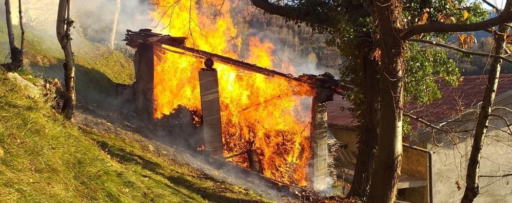 Incendio in una legnaia di Veleso  Casa messa in salvo dai pompieri