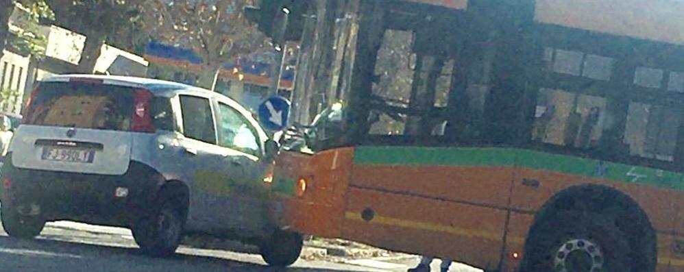 Como, auto delle Poste contro bus: caos in viale Innocenzo