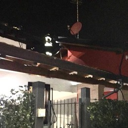 Incendio al tetto di una casa  Pompieri a Lurago Marinone
