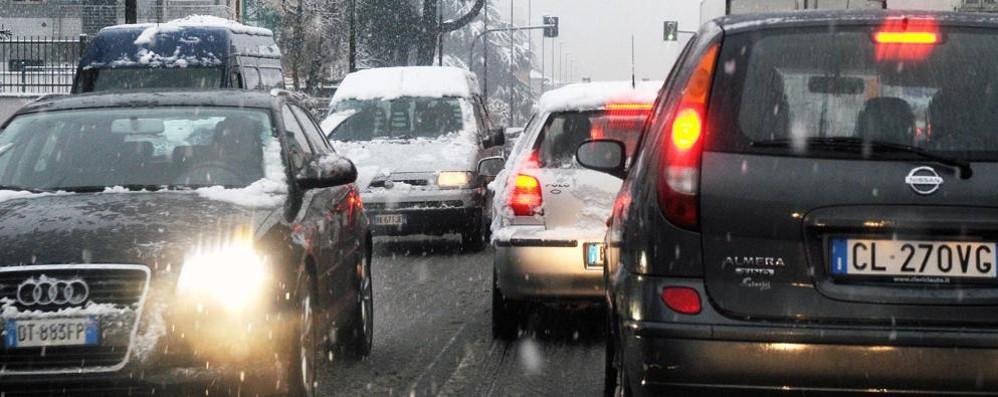 Caos neve sulle strade Tir senza catene, Oltrecolle chiusa  Code infinite a Lora e in Canturina