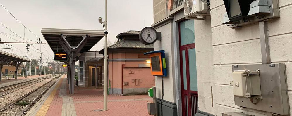 Ruba cellulare a una donna  Treno fermato in stazione