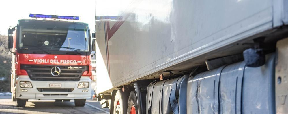 Tir forza il blocco e rompe il serbatoio Gasolio sull'asfalto del viadotto