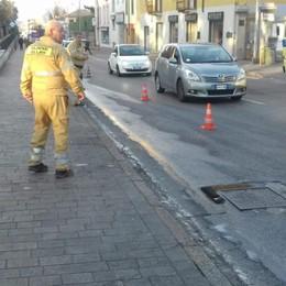 Camion perde gasolio per strada  Viabilità in tilt tra Luisago e Fino