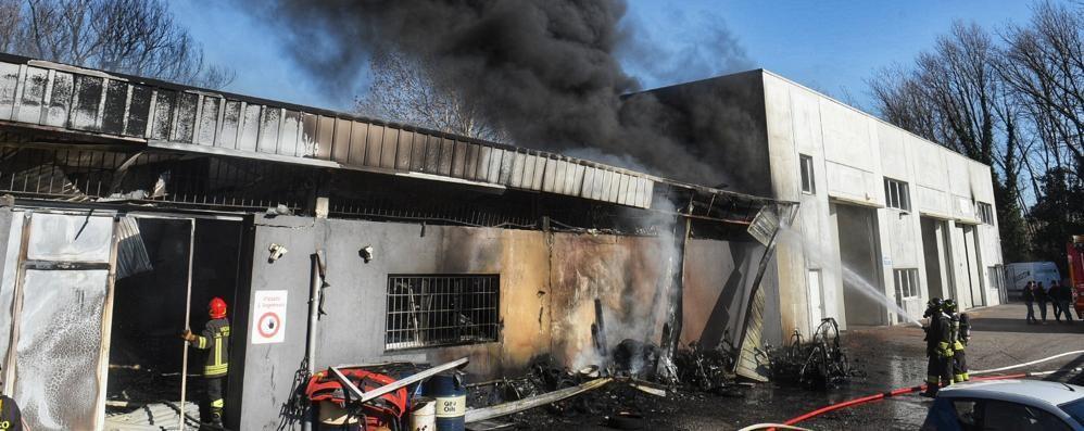 Cassina, in fiamme un capannone Officina distrutta: IL VIDEO