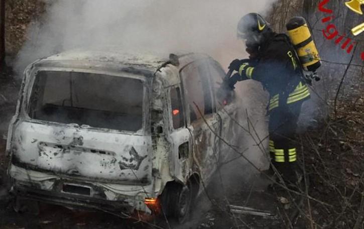 Uggiate, auto in fiamme nei boschi A bordo ritrovato un cadavere