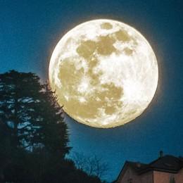 Como, conquistati dalla luna  Mai così vicina a noi