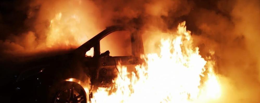 Como, auto a fuoco nel parcheggio della Coop