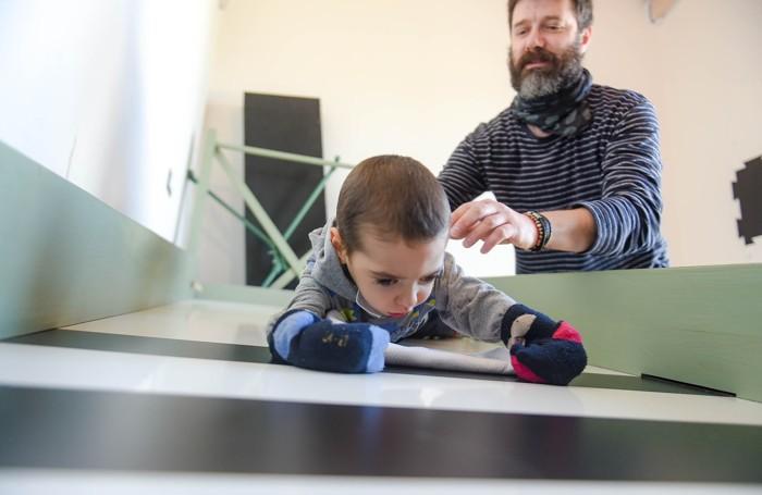 """Papà Matteo con il piccolo Mattia durante gli """"esercizi"""" di riabilitazione"""