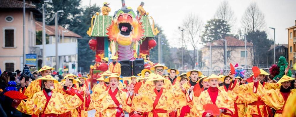 Olgiate, le ballerine brasiliane  aprono la sfilata di Carnevale