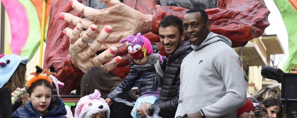 Carnevale, Cantù bissa il successo  Sui carri anche i big del basket