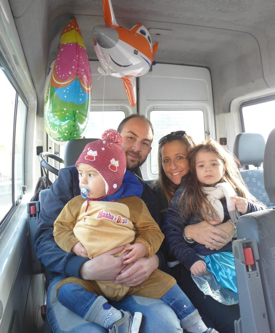 Una famiglia sul bus navetta gratuito per i parcheggi
