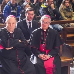 Como e Lugano, vescovi di frontiera  Un lungo abbraccio di solidarietà