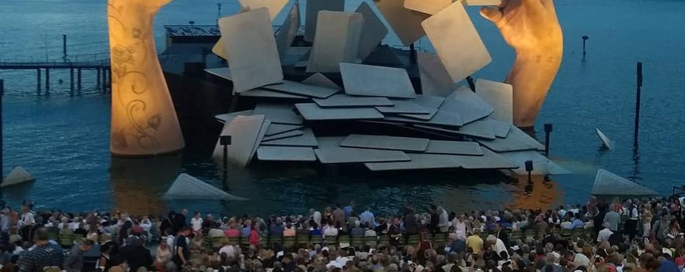 Il regalo per la città è un palco sul lago  «Grande occasione, da non perdere»
