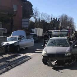 Erba, incidente sulla provinciale  Donna incastrata in un'auto