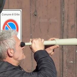 Vigili in borghese con cannocchiale  Erba, caccia a chi usa il cellulare in auto