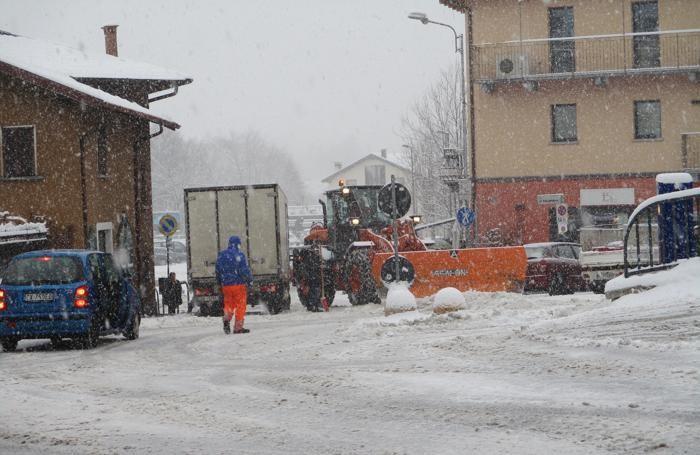 Spazzaneve al lavoro a San Fedele Intelvi (Foto Aita)