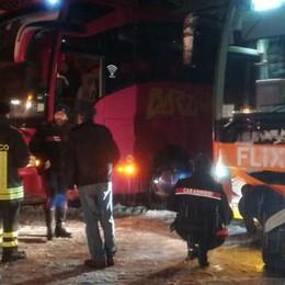 Neve annunciata, ma è caos  Polemiche per i bus senza catene  Como, code in Oltrecolle e a Lora  E c'è chi va in calesse. Guarda il VIDEO