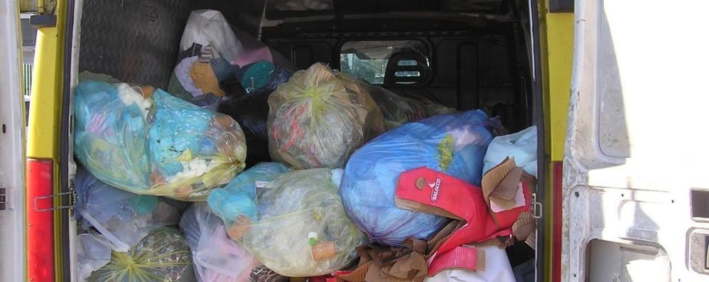 Traffico di vestiti usati  scoperto dai vigili a Cantù