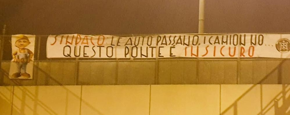 Como, sul viadotto un maxi striscione con la caricatura del sindaco