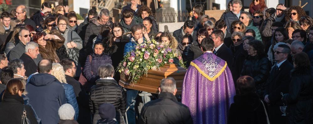 Cernobbio, morta a 49 anni  Folla per salutare Clara
