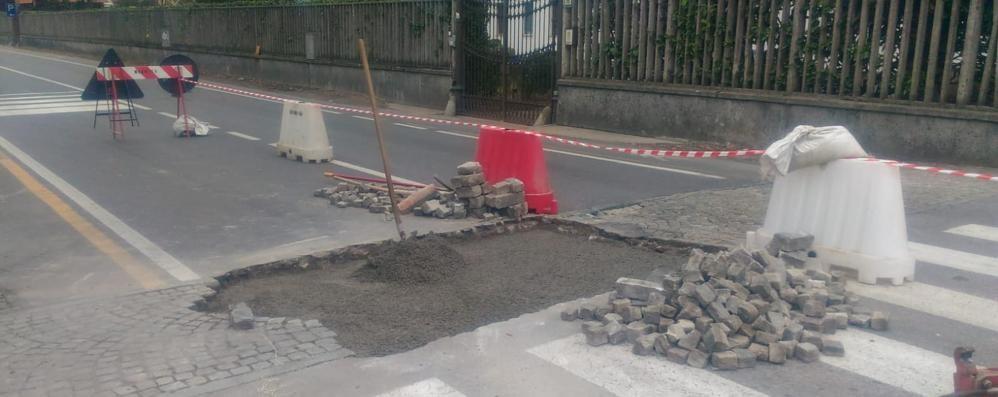 Dossi e nuove asfaltature  Lurate investe sulle strade