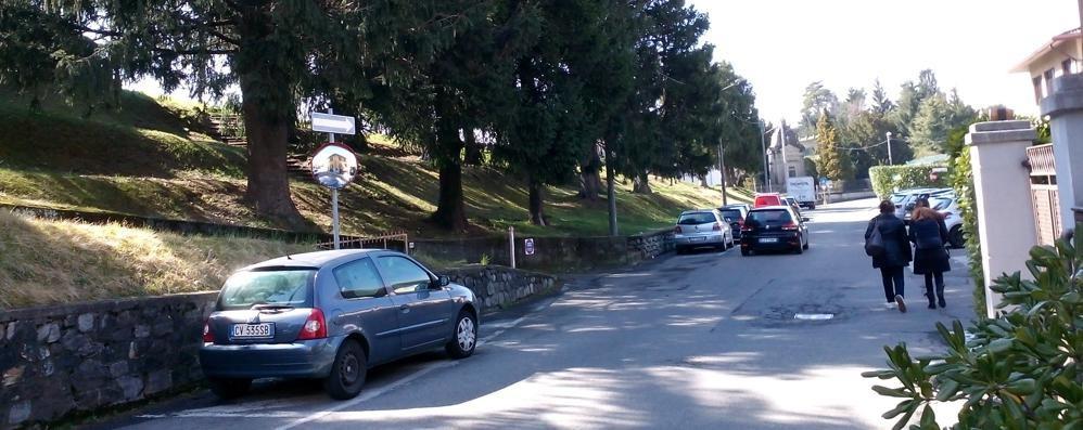 Ragazzini lanciano pigne sulla strada  Allarme tra gli automobilisti a Lipomo