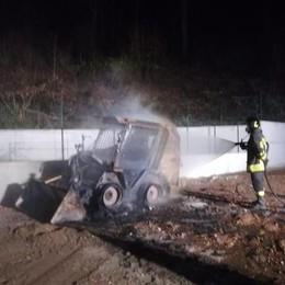 Incendio a Uggiate Trevano  Distrutti macchinari edili