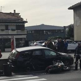 Due feriti in via Pasquale Paoli Scontro tra un'auto e una moto