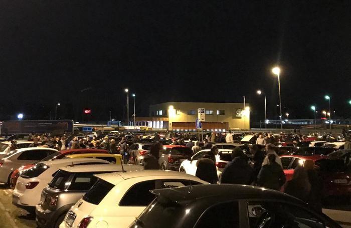Il parcheggio della stazione sembra un gigantesco autosalone