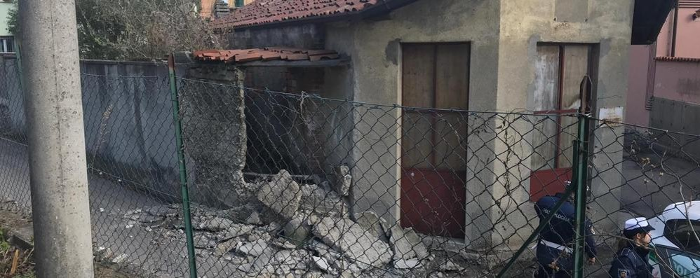 Crolla un rudere in via Salvadonica  Strada chiusa temporaneamente
