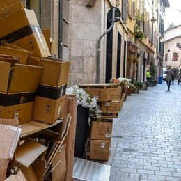 Centro storico, si fa lo slalom tra i cartoni  I cittadini al Comune: multate chi sbaglia