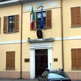 Porlezza, trovato morto fuori dal municipio  Le indagini dei carabinieri