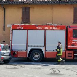 A fuoco una canna fumaria  Traffico in tilt in via Varesina