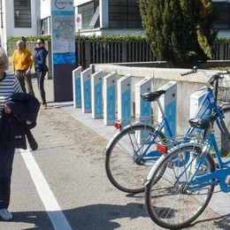 Bike sharing, che disastro: il video  I turisti pagano ma il sistema non va