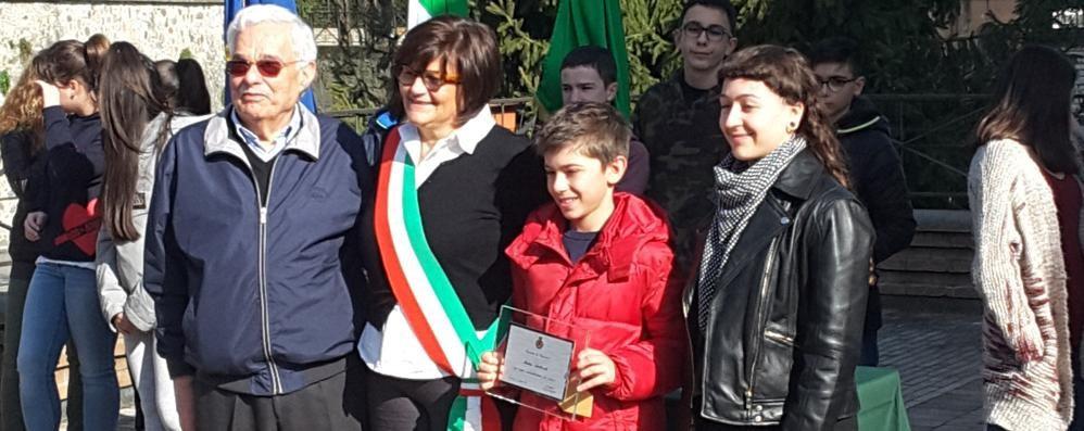 Mattia salvò la madre   Premiato a Guanzate  il ragazzino eroe