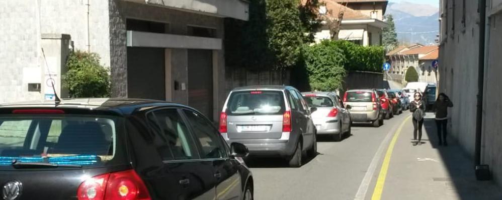 Olgiate, lavori alla rotonda  tra auto in coda e proteste