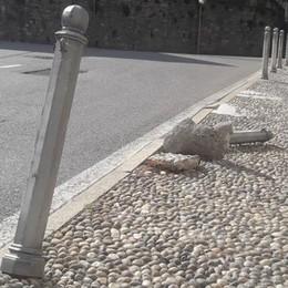 Sant'Abbondio, baby vandali ubriachi  Distruggono paletti e cartelli stradali