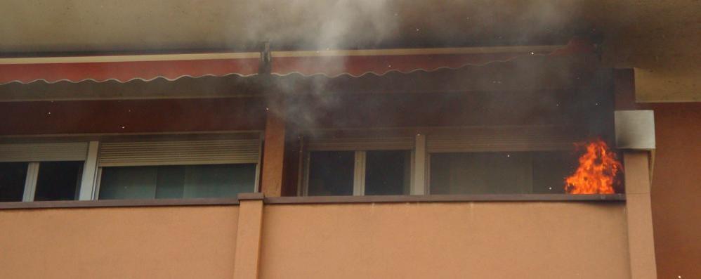 Como, paura in via Piave Appartamento in fiamme