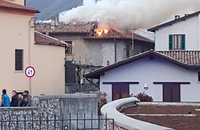 La porzione di tetto in fiamme nel centro storico di Crevenna