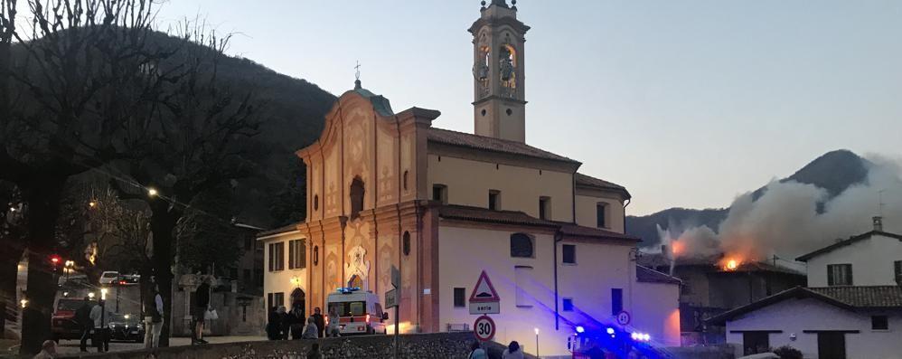 Erba, tetto in fiamme a Crevenna  Allarme vicino alla parrocchiale