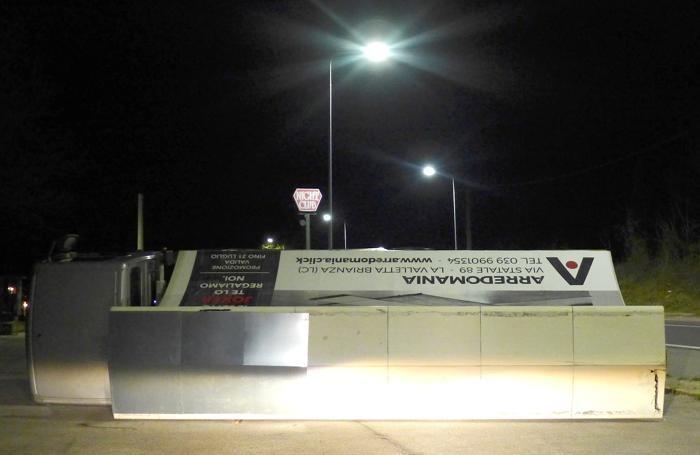 Il camion pubblicitario rovesciato a Monguzzo