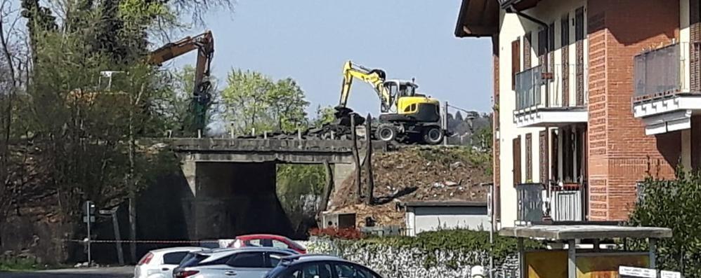 Carimate, giù il ponte oggi in anticipo  «Ma la Novedratese apre solo il 15 aprile»