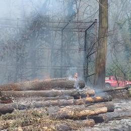 Incendio a Figino Serenza  Arrivano i vigili del fuoco