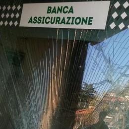 """Inverigo, autocarro """"ariete"""" in banca  Suona l'allarme e mette i ladri in fuga"""