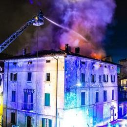 Incendio a Cernobbio  Restano fuori casa  i 19 inquilini sfollati