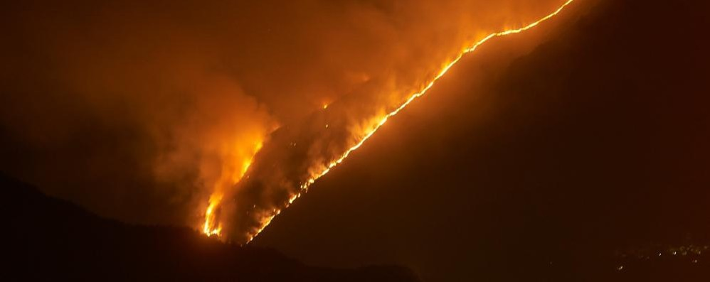 Vasto incendio in Val Menaggio    Fiamme sotto controllo   GUARDA IL VIDEO