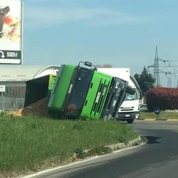 Mariano, camion si ribalta   alla rotonda di via Milano