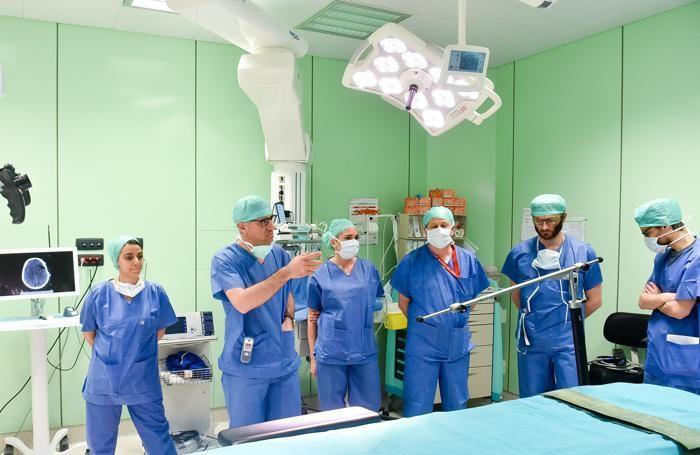 Lo staff della neurochirurgia del Sant'Anna. Secondo da sinistra il primario Silvio Bellocchi