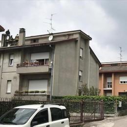 Canna fumaria in fiamme  I pompieri a Figino Serenza