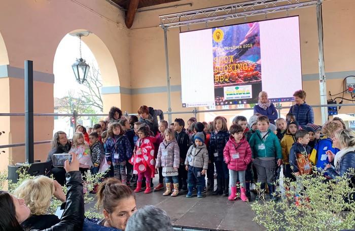 I bambini delle scuole e degli asili erbesi che hanno animato l'apertura di PrimaVeraErba